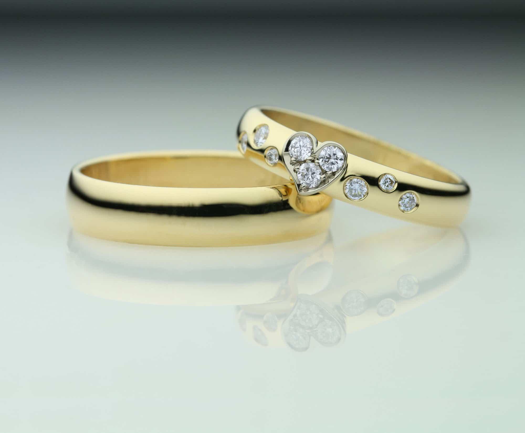 Smalle forlovelsesringe i guld med hjerte diamanter