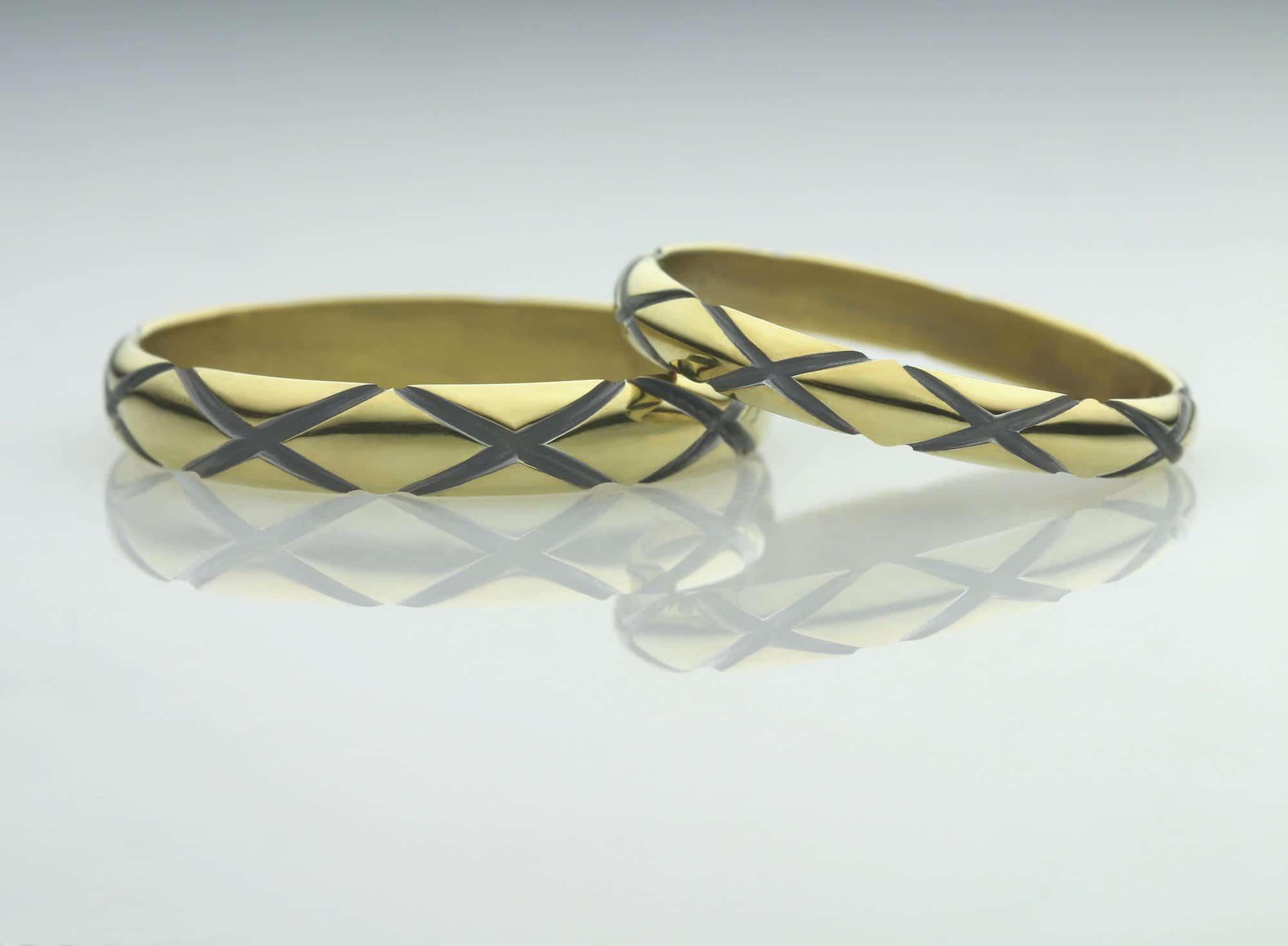 Mønstrede forlovelsesringe i guld med mønster og krydser - håndlavet