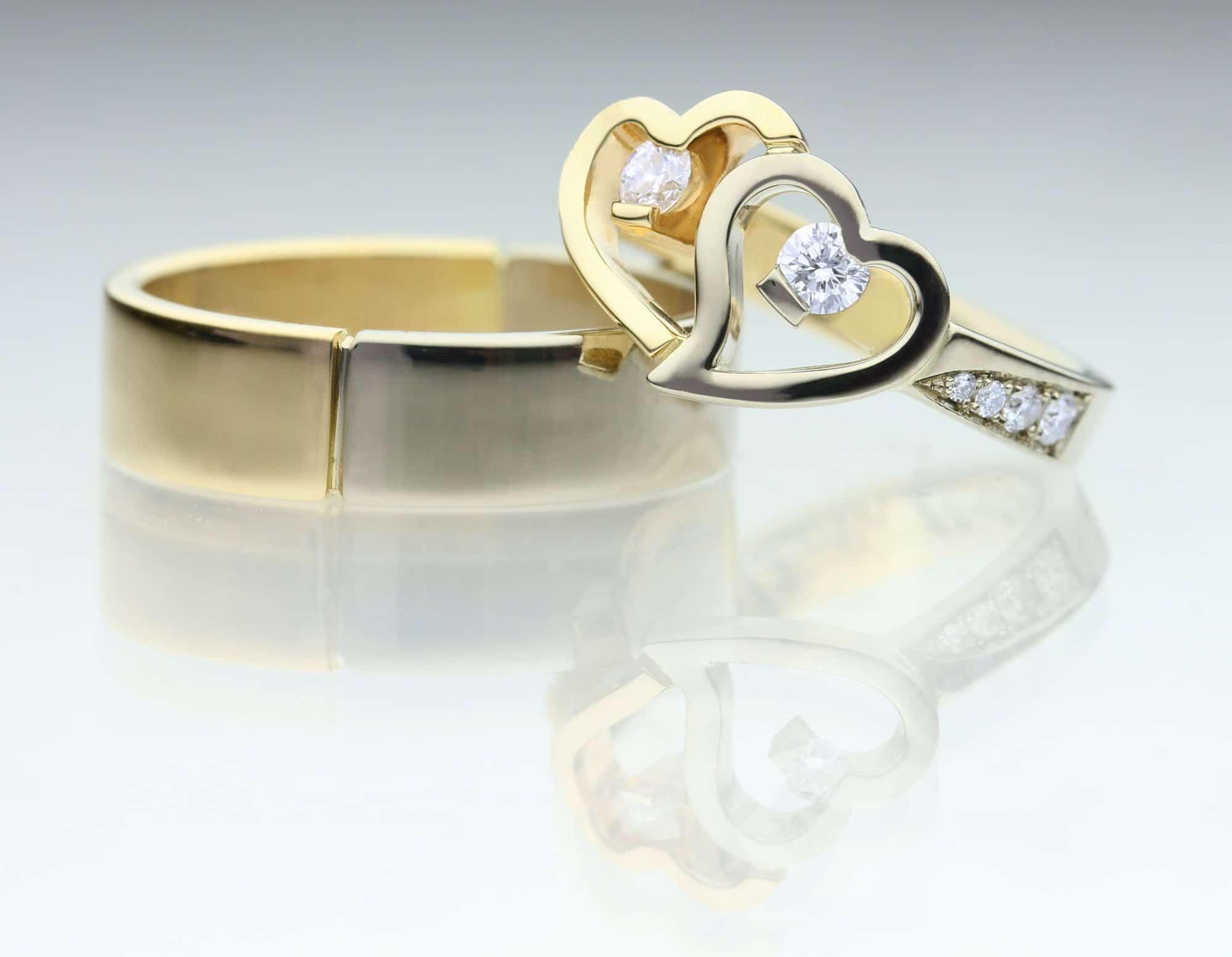 Vielsesringe i guld med åbent hjerte og diamanter